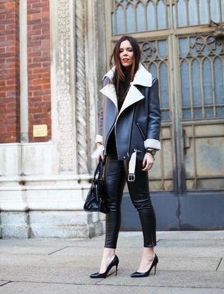 Schwarze enge Hose aus Leder kombinieren: Kombinieren Sie eine schwarze und weiße Lammfelljacke mit einer schwarzen enger Hose aus Leder, um einen entspannten aber stilsicheren Look zu kreieren. Vervollständigen Sie Ihr Look mit schwarzen Leder Pumps.