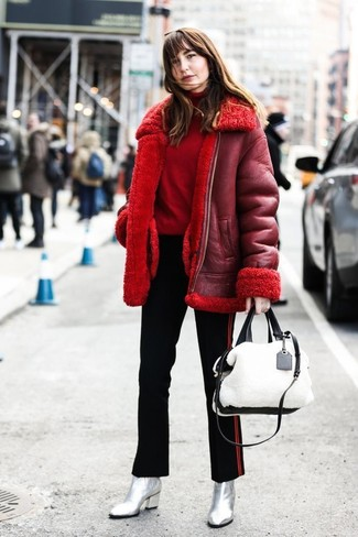 Wie kombinieren: rote Lammfelljacke, roter Rollkragenpullover, schwarze vertikal gestreifte enge Hose, silberne Leder Stiefeletten