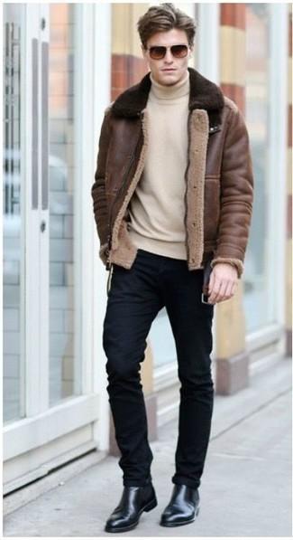 Wie kombinieren: braune Lammfelljacke, hellbeige Rollkragenpullover, schwarze enge Jeans, schwarze Chelsea-Stiefel aus Leder