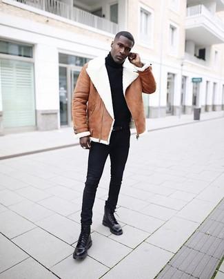 Wie kombinieren: braune Lammfelljacke, schwarzer Rollkragenpullover, schwarze enge Jeans, schwarze Lederfreizeitstiefel