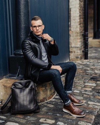 Wie kombinieren: schwarze Lammfelljacke, grauer Rollkragenpullover, dunkelblaue enge Jeans, braune Leder Brogues