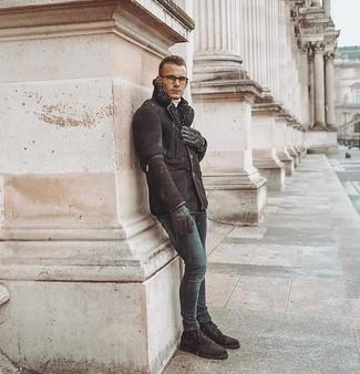 Dunkelbraune Lederhandschuhe kombinieren: trends 2020: Für ein bequemes Couch-Outfit, paaren Sie eine dunkelbraune Lammfelljacke mit dunkelbraunen Lederhandschuhen. Fühlen Sie sich ideenreich? Ergänzen Sie Ihr Outfit mit einer dunkelbraunen Wildlederfreizeitstiefeln.