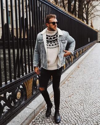 Wie kombinieren: hellblaue Jeanslammfelljacke, weißer und schwarzer Rollkragenpullover mit Norwegermuster, schwarze enge Jeans mit Destroyed-Effekten, schwarze Chelsea-Stiefel aus Leder