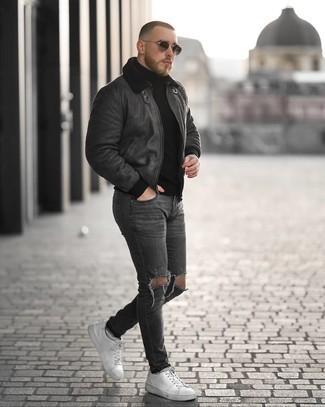 Schwarzen Rollkragenpullover kombinieren – 1045+ Herren Outfits: Für ein bequemes Couch-Outfit, kombinieren Sie einen schwarzen Rollkragenpullover mit dunkelgrauen engen Jeans mit Destroyed-Effekten. Fühlen Sie sich ideenreich? Ergänzen Sie Ihr Outfit mit weißen Leder niedrigen Sneakers.