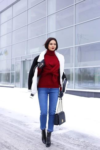 Kombinieren Sie eine schwarze und weiße Lammfelljacke mit blauen Jeans, um einen lockeren, aber dennoch stylischen Look zu erhalten. Vervollständigen Sie Ihr Look mit schwarzen Schnürstiefeletten aus Leder.