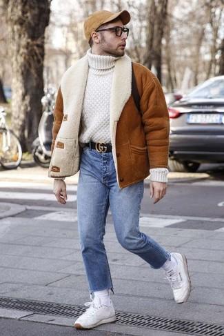 Wie kombinieren: rotbraune Lammfelljacke, weißer Strick Wollrollkragenpullover, blaue Jeans, weiße Leder niedrige Sneakers