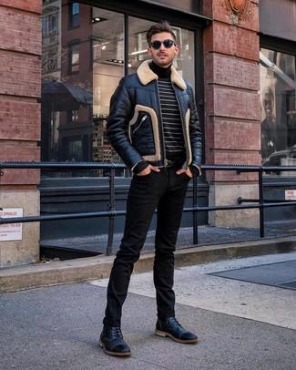Wie kombinieren: schwarze Lammfelljacke, schwarzer und weißer horizontal gestreifter Rollkragenpullover, schwarze Jeans, schwarze Lederfreizeitstiefel