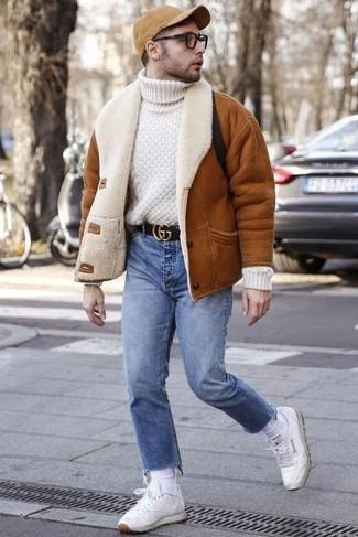 Herren Outfits & Modetrends: Vereinigen Sie eine rotbraune Lammfelljacke mit hellblauen Jeans für ein großartiges Wochenend-Outfit. Fühlen Sie sich ideenreich? Vervollständigen Sie Ihr Outfit mit weißen Leder niedrigen Sneakers.