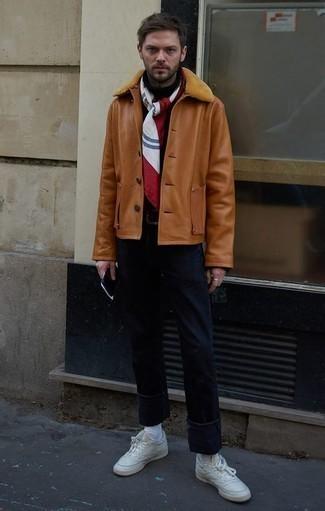 Weiße Leder niedrige Sneakers kombinieren für Winter: trends 2020: Entscheiden Sie sich für eine rotbraune Lammfelljacke und dunkelblauen Jeans für einen bequemen Alltags-Look. Fühlen Sie sich ideenreich? Entscheiden Sie sich für weißen Leder niedrige Sneakers. Schon haben wir ein schönes Outfit im Winter.