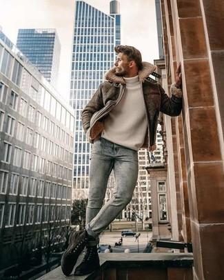 Herren Outfits 2020: Kombinieren Sie eine braune Lammfelljacke mit hellblauen Jeans mit Acid-Waschung, um einen lockeren, aber dennoch stylischen Look zu erhalten. Fügen Sie eine dunkelbraune Wildlederfreizeitstiefel für ein unmittelbares Style-Upgrade zu Ihrem Look hinzu.