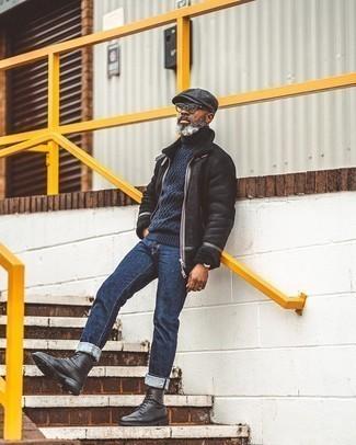 Smart-Casual kühl Wetter Outfits Herren 2020: Erwägen Sie das Tragen von einer schwarzen Lammfelljacke und dunkelblauen Jeans, um mühelos alles zu meistern, was auch immer der Tag bringen mag. Fühlen Sie sich mutig? Wählen Sie eine schwarze Lederfreizeitstiefel.