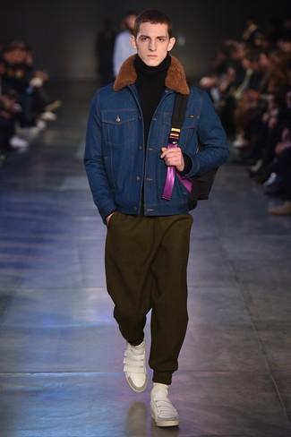 blaue Jeanslammfelljacke, schwarzer Wollrollkragenpullover, olivgrüne Jogginghose, weiße Leder niedrige Sneakers für Herren