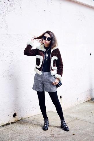 Wie kombinieren: dunkelbraune Lammfelljacke, dunkelblauer Rollkragenpullover, dunkelblaue und weiße Shorts mit Karomuster, schwarze beschlagene Leder Stiefeletten