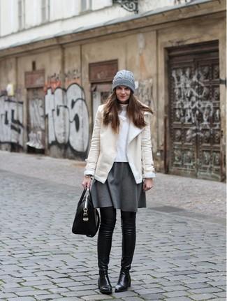 Wie kombinieren: hellbeige Lammfelljacke, weißer Rollkragenpullover, grauer Skaterrock, schwarze Overknee Stiefel aus Leder