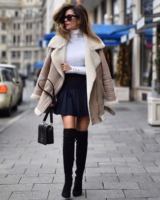 Wie kombinieren: hellbeige Lammfelljacke, weißer Rollkragenpullover, dunkelblauer Skaterrock, schwarze Overknee Stiefel aus Wildleder