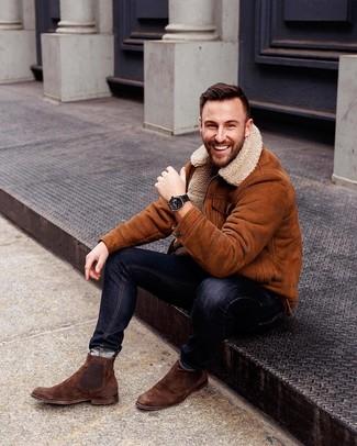 Wie kombinieren: rotbraune Lammfelljacke, schwarze enge Jeans, braune Chelsea-Stiefel aus Wildleder, schwarze Lederuhr