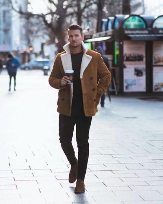 Wie kombinieren: rotbraune Lammfelljacke, schwarzer Pullover mit einem Rundhalsausschnitt, schwarze enge Jeans, braune Chelsea-Stiefel aus Wildleder