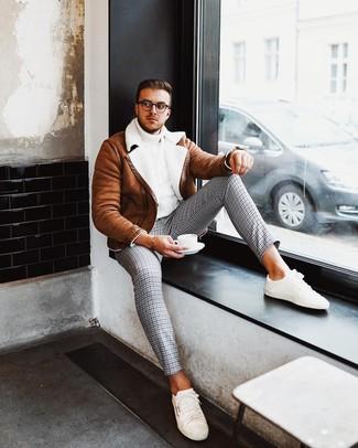 Wie kombinieren: rotbraune Lammfelljacke, weißer Strick Rollkragenpullover, graue Chinohose mit Hahnentritt-Muster, weiße niedrige Sneakers