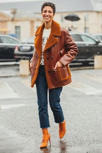 Rotbraune Leder Stiefeletten kombinieren: Eine rotbraune Lammfelljacke und dunkelblaue Jeans sind absolut Alltags-Essentials und können mit einer Vielzahl von Stücken gepaart werden, um einen schönen, legeren Look zu kreieren. Rotbraune Leder Stiefeletten sind eine ideale Wahl, um dieses Outfit zu vervollständigen.