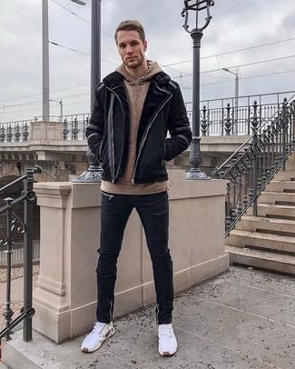 Wie kombinieren: schwarze Lammfelljacke, brauner Pullover mit einem Kapuze, schwarze enge Jeans mit Destroyed-Effekten, weiße Sportschuhe