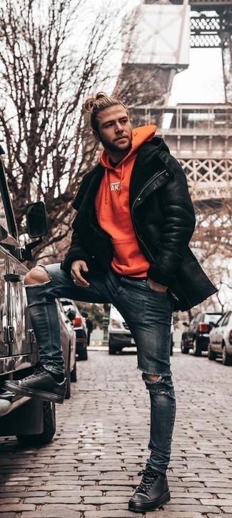 Wie kombinieren: schwarze Lammfelljacke, orange Pullover mit einem Kapuze, dunkelblaue enge Jeans mit Destroyed-Effekten, schwarze Leder niedrige Sneakers