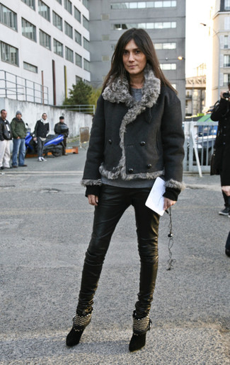 Wie kombinieren: schwarze Lammfelljacke, grauer Pullover mit einem Rundhalsausschnitt, schwarze Leder enge Jeans, schwarze beschlagene Wildleder Stiefeletten