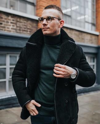 Wie kombinieren: schwarze Lammfelljacke, dunkelgrüner Rollkragenpullover, dunkelblaue enge Jeans, silberne Uhr