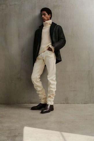 Weiße Jeans kombinieren – 500+ Herren Outfits: Kombinieren Sie eine schwarze Lammfelljacke mit weißen Jeans für einen bequemen Alltags-Look. Machen Sie Ihr Outfit mit dunkelbraunen Chelsea Boots aus Leder eleganter.