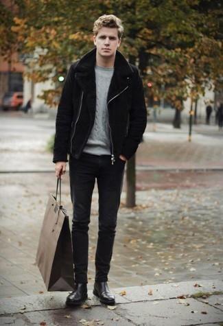 Schwarze Lammfelljacke kombinieren: trends 2020: Entscheiden Sie sich für eine schwarze Lammfelljacke und schwarzen Jeans für ein Alltagsoutfit, das Charakter und Persönlichkeit ausstrahlt. Fühlen Sie sich mutig? Komplettieren Sie Ihr Outfit mit schwarzen Chelsea Boots aus Leder.