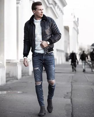 Wie kombinieren: schwarze Lammfelljacke, weißer Strickpullover, dunkelgraue enge Jeans mit Destroyed-Effekten, dunkelgraue Chelsea-Stiefel aus Wildleder