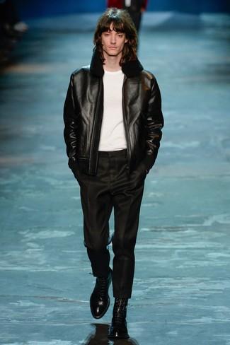 schwarze Lammfelljacke, weißes T-Shirt mit einem Rundhalsausschnitt, schwarze Anzughose, schwarze Lederformelle stiefel für Herren