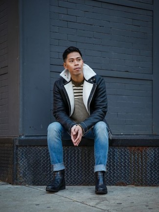 Wie kombinieren: schwarze und weiße Lammfelljacke, dunkelbrauner horizontal gestreifter Pullover mit einem Rundhalsausschnitt, blaue Jeans, schwarze Chelsea-Stiefel aus Leder