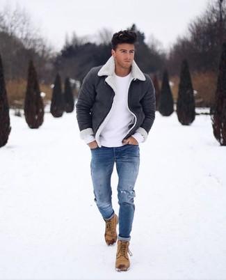 Wie kombinieren: schwarze und weiße Lammfelljacke, weißer Pullover mit einem Rundhalsausschnitt, blaue enge Jeans mit Destroyed-Effekten, beige Nubuk Freizeitstiefel