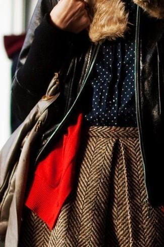 Wie kombinieren: dunkelbraune Lammfelljacke, rote Strickjacke, dunkelblaues gepunktetes Businesshemd, brauner Wollskaterrock mit Fischgrätenmuster
