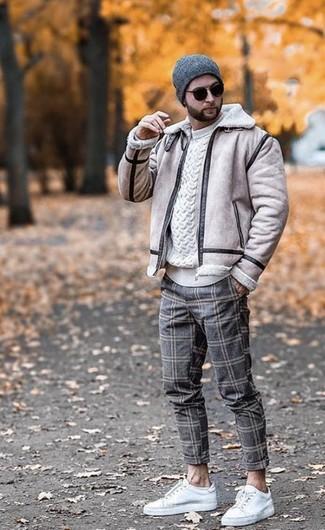 Wie kombinieren: hellbeige Lammfelljacke, weißer Strickpullover, graue Wollchinohose mit Karomuster, weiße Leder niedrige Sneakers