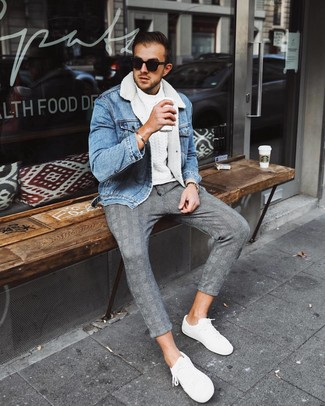 Wie kombinieren: hellblaue Jeanslammfelljacke, weißer Strickpullover, graue Chinohose mit Schottenmuster, weiße niedrige Sneakers