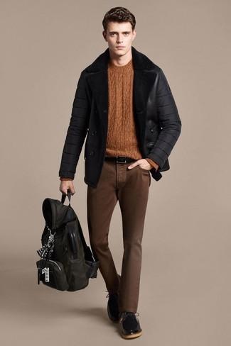 Wie kombinieren: schwarze Lammfelljacke, rotbrauner Strickpullover, braune enge Jeans, schwarze Leder Derby Schuhe