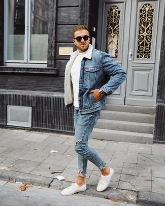 Wie kombinieren: blaue Jeanslammfelljacke, weißer Strickpullover, hellblaue enge Jeans mit Destroyed-Effekten, weiße niedrige Sneakers