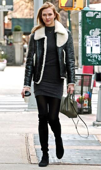 Wie kombinieren: schwarze und weiße Lammfelljacke, dunkelgraues Sweatkleid, schwarze Overknee Stiefel aus Wildleder, olivgrüne Leder Umhängetasche