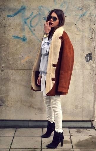 Wie kombinieren: rotbraune Lammfelljacke, graues Sweatshirt, weiße enge Jeans, schwarze Wildleder Stiefeletten