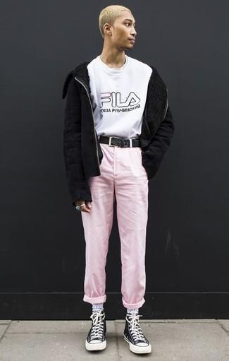Schwarze Lammfelljacke kombinieren: trends 2020: Tragen Sie eine schwarze Lammfelljacke und eine rosa Chinohose für ein sonntägliches Mittagessen mit Freunden. Wählen Sie die legere Option mit schwarzen und weißen hohen Sneakers aus Segeltuch.