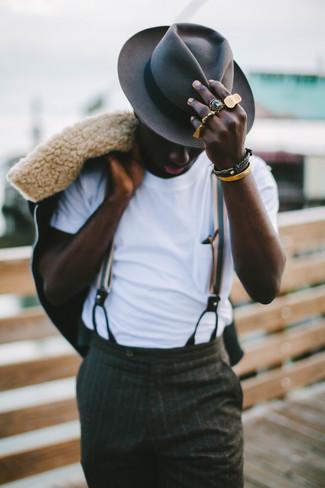 Paaren Sie eine schwarze Lammfelljacke mit einem Hut, um einen eleganten, aber nicht zu festlichen Look zu kreieren.