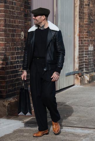 Wie kombinieren: schwarze und weiße Lammfelljacke, schwarzes T-Shirt mit einem Rundhalsausschnitt, schwarze Anzughose, beige Leder Brogues