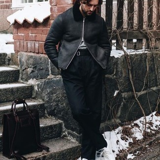 Dunkelroten Leder Rucksack kombinieren – 15 Herren Outfits: Eine schwarze Lammfelljacke und ein dunkelroter Leder Rucksack sind eine gute Outfit-Formel für Ihre Sammlung. Fühlen Sie sich ideenreich? Vervollständigen Sie Ihr Outfit mit weißen Segeltuch niedrigen Sneakers.