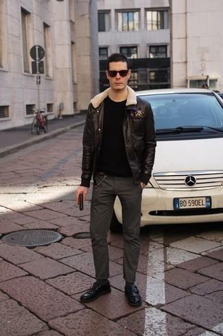 Herren Outfits & Modetrends 2020 für kalt Wetter: Arbeitsreiche Tage verlangen nach einem einfachen, aber dennoch stylischen Outfit, wie zum Beispiel eine dunkelbraune Lammfelljacke und eine dunkelgraue Chinohose. Fühlen Sie sich ideenreich? Ergänzen Sie Ihr Outfit mit schwarzen Leder Slippern mit Fransen.