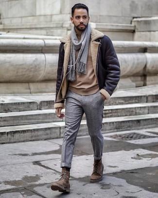 Grauen Schal kombinieren: trends 2020: Kombinieren Sie eine schwarze Lammfelljacke mit einem grauen Schal für einen entspannten Wochenend-Look. Fühlen Sie sich mutig? Komplettieren Sie Ihr Outfit mit einer braunen Wildlederfreizeitstiefeln.