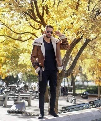 Dunkelgrüne Sonnenbrille kombinieren: trends 2020: Eine braune Lammfelljacke und eine dunkelgrüne Sonnenbrille sind das Outfit Ihrer Wahl für faule Tage. Fügen Sie schwarzen Chelsea Boots aus Wildleder für ein unmittelbares Style-Upgrade zu Ihrem Look hinzu.