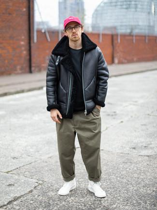 Schwarzes T-Shirt mit einem Rundhalsausschnitt kombinieren – 500+ Herren Outfits: Kombinieren Sie ein schwarzes T-Shirt mit einem Rundhalsausschnitt mit einer olivgrünen Chinohose, um mühelos alles zu meistern, was auch immer der Tag bringen mag. Suchen Sie nach leichtem Schuhwerk? Vervollständigen Sie Ihr Outfit mit weißen hohen Sneakers aus Segeltuch für den Tag.