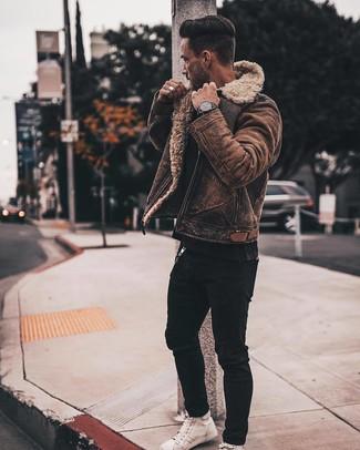 Wie kombinieren: braune Lammfelljacke, schwarzes T-Shirt mit einem Rundhalsausschnitt, schwarze enge Jeans, weiße hohe Sneakers aus Leder