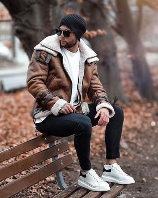 Herren Outfits & Modetrends: Kombinieren Sie eine braune Lammfelljacke mit schwarzen engen Jeans für ein sonntägliches Mittagessen mit Freunden. Ergänzen Sie Ihr Look mit weißen und schwarzen Leder niedrigen Sneakers.